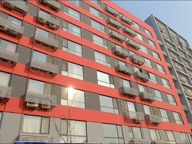 Фасад дома с местами под наружные блоки кондиционеров. Китай