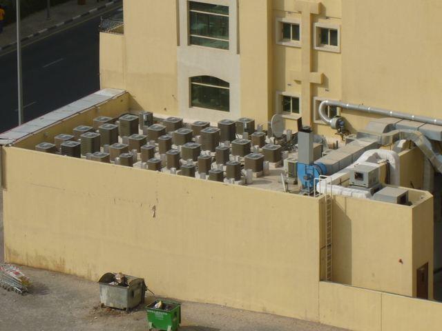 Монтаж десятков наружных блоков кондиционирования в гостиннице на специально выделенной площадке на кровле. ОАЭ