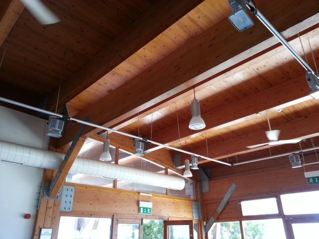 Комбинация осевых вентиляторов для перемешивания воздуха в комнате с круглым воздуховодом общеобменной вентиляции