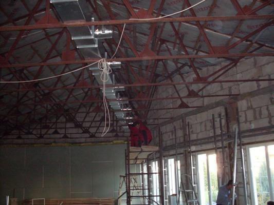 Воздуховоды вентиляционной установки в бассейне