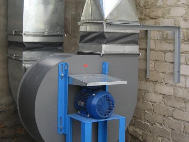 Образцовый монтаж центробежного вентилятора и гибких вставок на воздуховоде