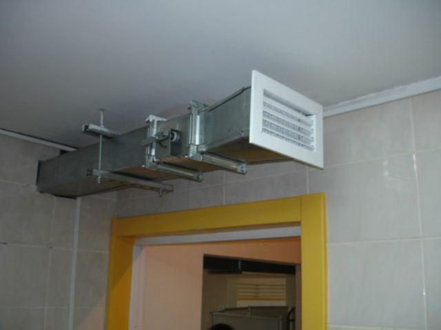 Воздуховод в открытом виде с решеткой и дросель-клапаном